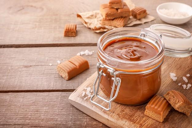 caramel-fondu-dans-bocal-verre-bonbons-au-caramel-sale-bois_254005-283