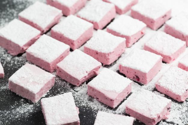 guimauves-framboises-faites-maison-du-sucre-poudre_116500-175